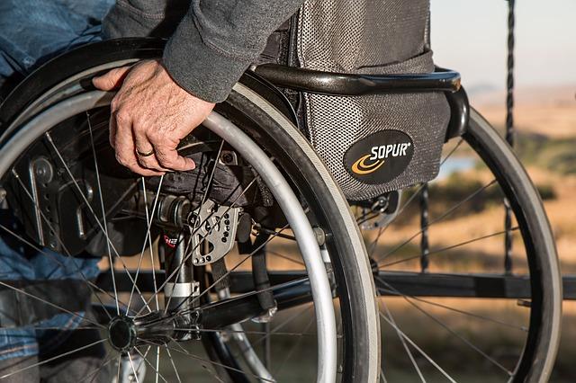 handicapé en fauteuil roulant