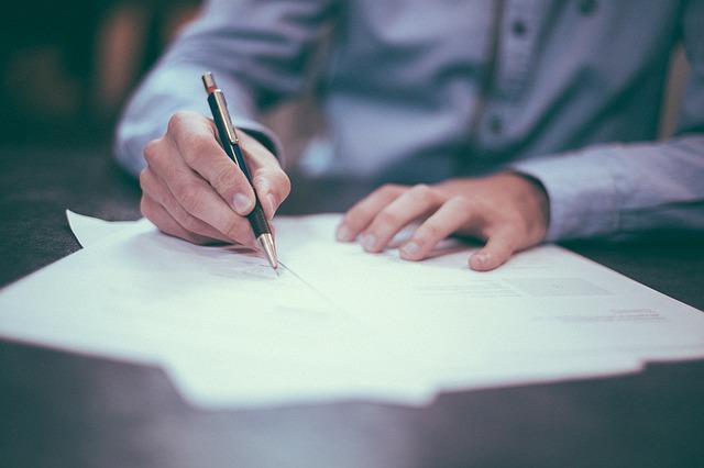 signature de documents papiers